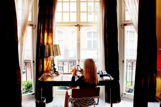 The Athenaeum Hotel & Residences: Writing desk overlooking Mayfair