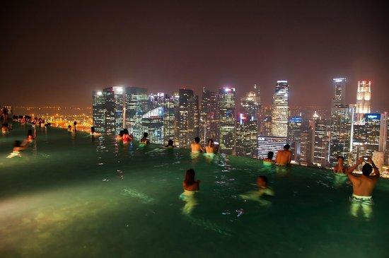 Marina Bay Sands : Sky pool view