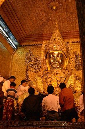 Mahamuni Pagoda: Main Buddha