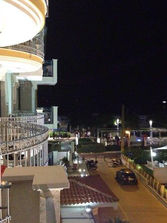 Hotel Ascot: Ночной вид с балкона в самом крайнем номере на третьем этаже