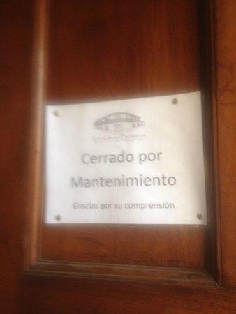 La Gran Francia Hotel y Restaurante: Rotulos que mantenían cerrado la sala de eventos y restaurante, abriendolo a conveniencia el sab