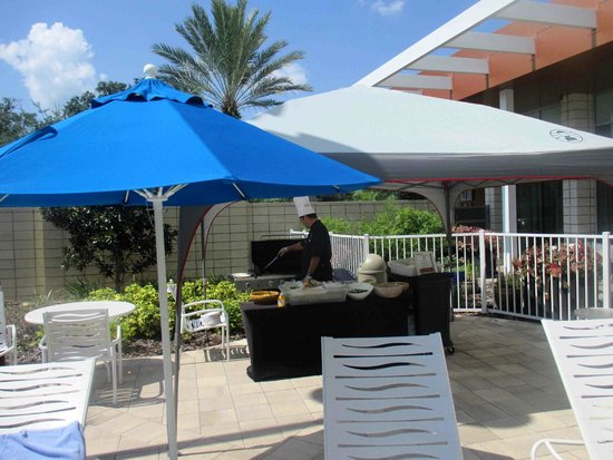 Holiday Inn Orlando – Disney Springs Area: Lunch by the pool