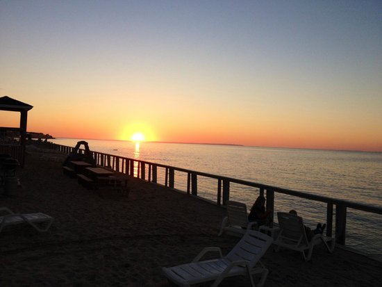 Montauk Soundview Resort Hotel: Amazing sunset view from hotel ground