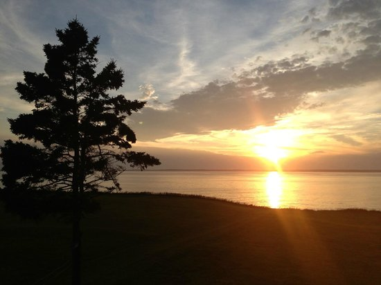 Chateau Sainte-Marie B&B: View of sunset off back porch