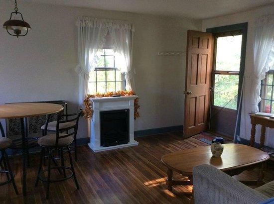 Apple Knoll Inn: Cottage living room