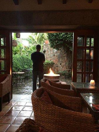 Todos Santos Inn : Courtyard outside of restaurant