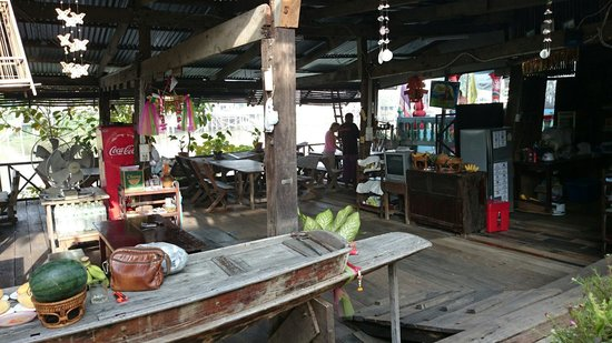 Baan Are Gong Riverside Homestay: The restaurant terrace overlooking the river A nice spot to chill and watch river life pass you