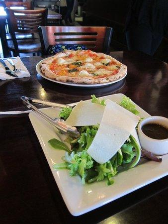 Settebello Pizzeria : pizza and salad