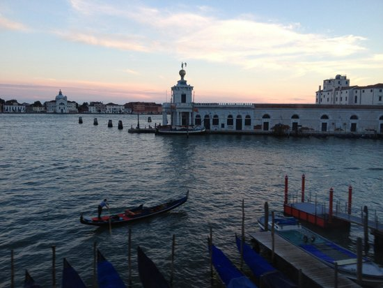 Hotel Monaco & Grand Canal : View of grand canal and gondolas