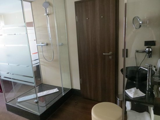 Fleming's Deluxe Hotel Frankfurt Main-Riverside: Quarto com banheiro