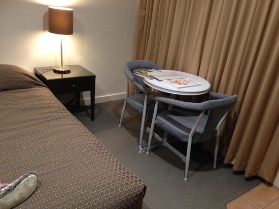 Forrest Hotel And Apartments: Table and chairs
