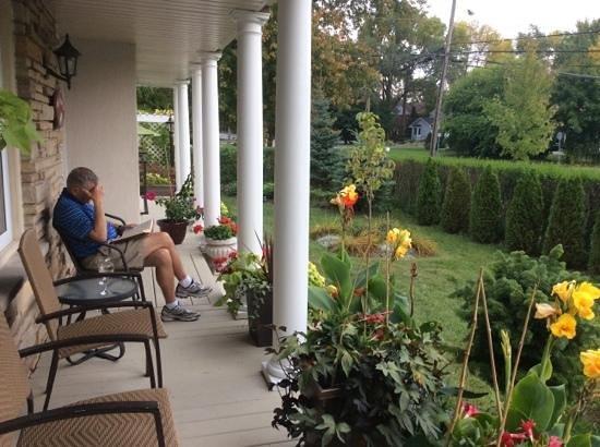 Via Veneto: front porch for relaxing