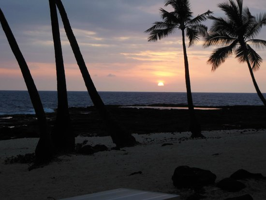 Kona Reef Resort: Some of Kona sunsets with a mix of vog tossed in somedays