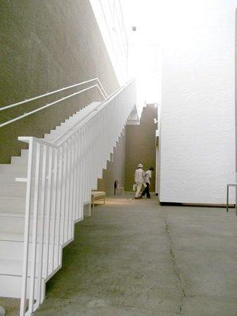 Aomori Museum of Art: とにかく白一色