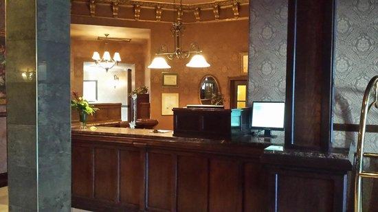 Hotel Senator Saskatoon: Front Desk