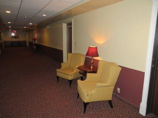 Hotel Senator Saskatoon: The lobby with the hemp smell from other rooms