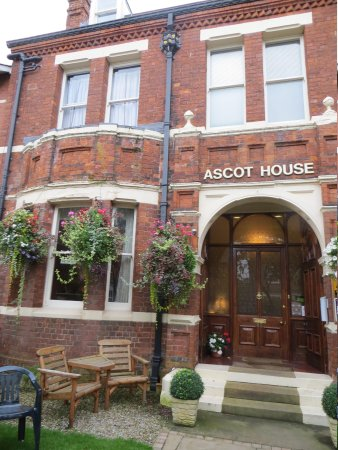 Ascot House: The front of the hotel