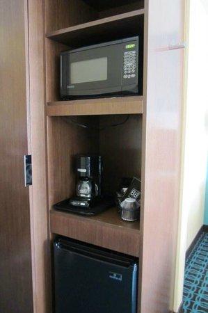 Fairfield Inn & Suites Holland: Microwave & frig