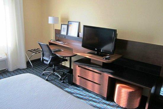 Fairfield Inn & Suites Holland : Desk & TV