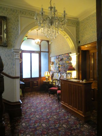 Ascot House: lobby