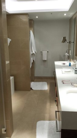 The Ritz-Carlton, Herzliya: Large counter nicely appointed bathroom