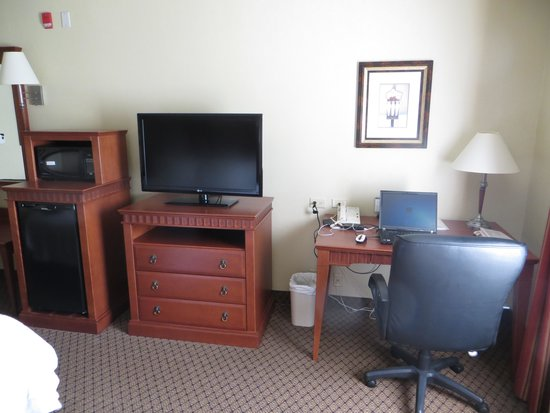 Hampton Inn And Suites Montreal: Bedroom Workspace
