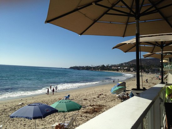 Holiday Inn Laguna Beach: Nearby beach, view is from The Deck bar/restaurant