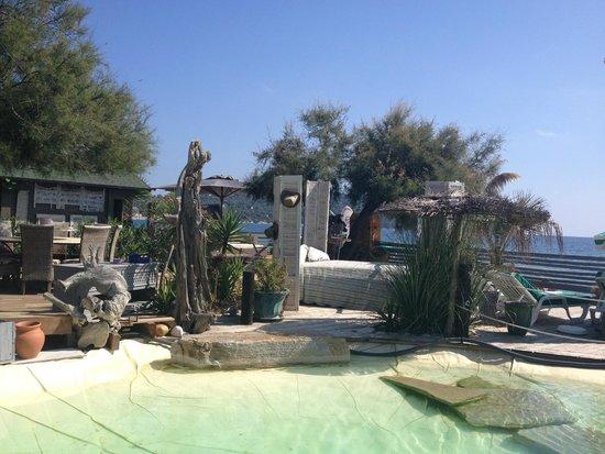 esapce terrasse bar table piscine v g tation exotique foto di villa mauresque cavaliere. Black Bedroom Furniture Sets. Home Design Ideas