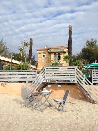 la villa mauresque de la plage et sa terrasse en bois photo de villa mauresque cavaliere. Black Bedroom Furniture Sets. Home Design Ideas