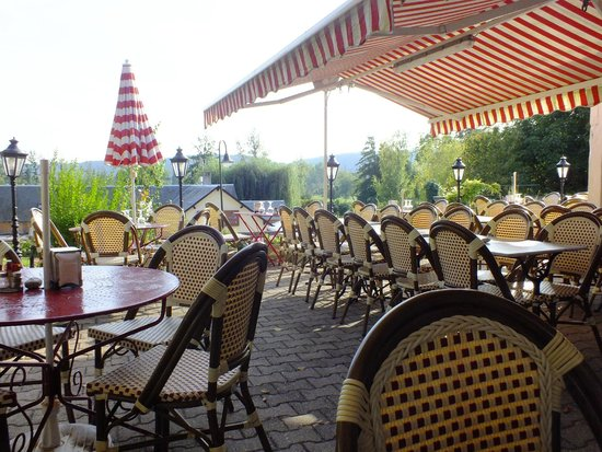 Restaurant Creperie La Musardiere: outdoor dining area in the early evening