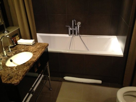The College Hotel: Guest bath