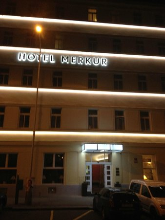 Hotel Merkur: Merkur Hotel by night