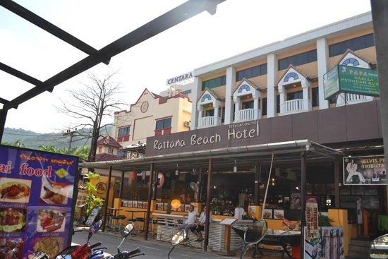 Rattana Beach Hotel: Rattana  с улицы)