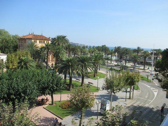 Hotel Planas : вид из номера отеля (2 сторона с балконами)