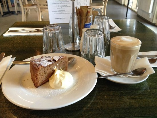 Pipers Brook Vineyard: Coffee and cake at the small cafe