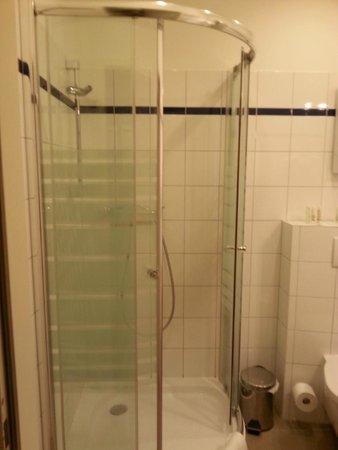 Vienna Inn Apartments: doccia