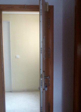Apartamentos Torre San Diego: Internal view of Apartment door locking system
