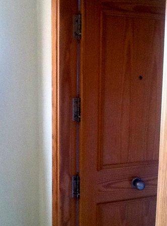 Apartamentos Torre San Diego: External view of door/hinge locking system of Apartment doors