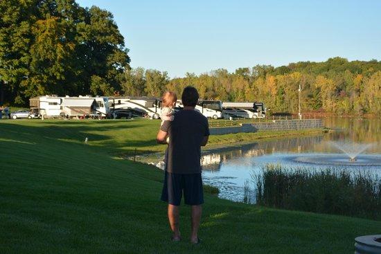 Hidden Ridge RV Resort: Enjoying the grounds.