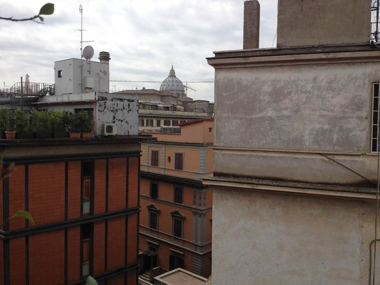 Hotel Dei Consoli : The view of St Peters Basilica from the hotel terrace
