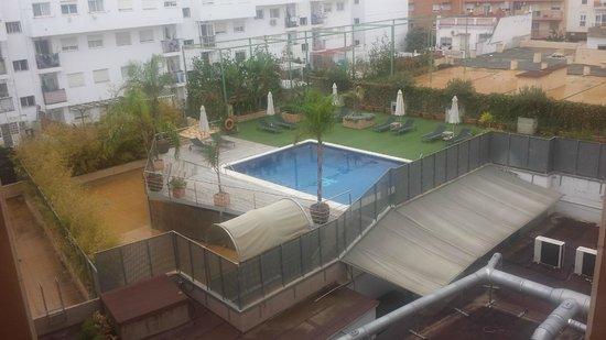 """TRYP Valencia Feria: Piscina vista desde el """"mini gym"""""""