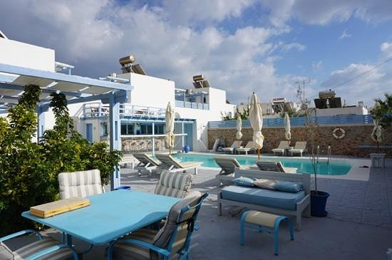Amelie Hotel: bar with swimming pool