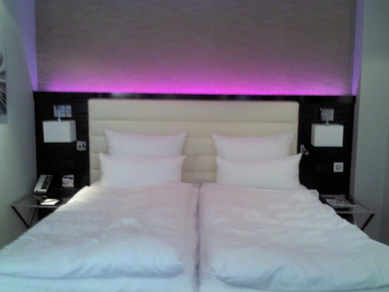 Hotel Palace Berlin : Different bed lightning