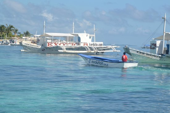 Evolution Diving : The small boat which transferred us to the Beagle when the tide is low