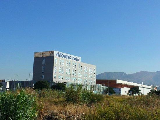 B&B Hotel Granada: Depuis l'entrée de la zone commerciale...
