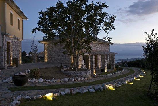 Mikros Vorias small luxury suites : MIKROS VORIAS AT NIGHT
