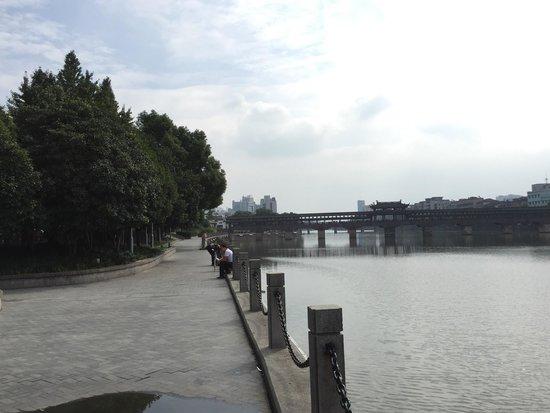 Yongkang Xijin Bridge: 川沿いは散歩に最適