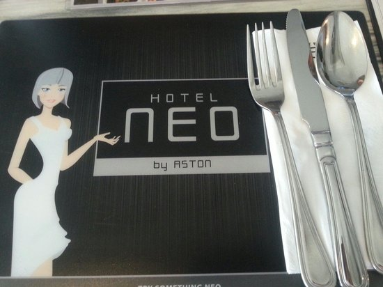Hotel Neo Kuta Jelantik: Dinner placings. Reception wear wigs just like this.  Very cool