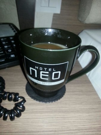 Hotel Neo Kuta Jelantik: Large cups of coffee in room including creamer and sugar and tea sachets