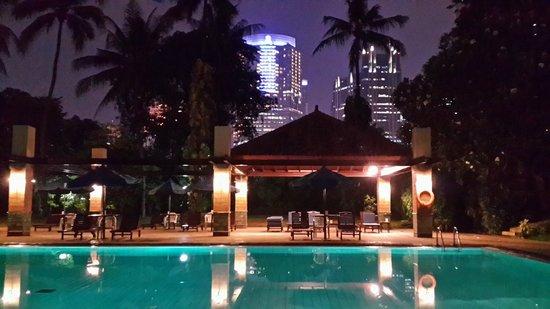 The Sultan Hotel & Residence Jakarta: nuansa kolam renang yang romatis